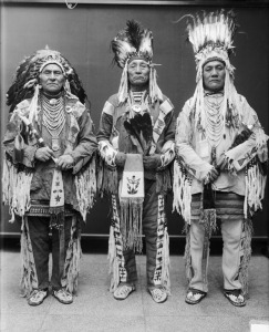 These Blackfoot men are wearing war bonnets, but otherwise have nothing to do with this article.